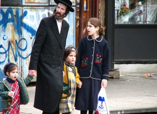 By myshi from Seattle, WA, USA (occasionally Russia) (Satmar community Williamsburg brooklyn new york) [CC BY 2.0 (https://creativecommons.org/licenses/by/2.0)], via Wikimedia Commons