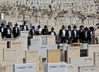 Mourners attend the funeral of one of the victims of the Mount Meron stampede at Segula cemetery in Petah Tikva on April 30, 2021. (GIL COHEN-MAGEN / AFP)