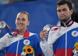 Silver medallists Russia's Elena Vesnina and Russia's Aslan Karatsev pose with their medal during the Tokyo 2020 Olympic mixed doubles tennis medal ceremony at the Ariake Tennis Park in Tokyo on August 1, 2021. (Tiziana FABI / AFP)